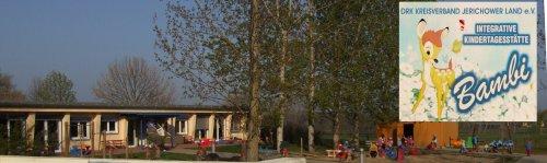 Bild eines beiden Gebäude der Kita, Flachbau, Logo der Kita